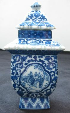 ANTIQUE CHINESE BLUE & WHITE PORCELAIN TEA CADDY ,19TH CENTURY, QIANLONG MARK..