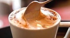 Cafe cremoso 2 xícaras de açúcar 100 g de café solúvel 4 colheres (sopa) de cacau ou chocolate em pó  1 xícara (chá) de leite em ponto de fervura Modo de preparo Na tigela da batedeira, misture o açúcar com o café solúvel e o cacau. Junte o leite e mexa somente para dissolver os ingredientes secos. Depois bata bem, por dez minutos, até a mistura ficar bem fofa e cremosa. Utilize 1 colher (sopa) de café cremoso para cada xícara de leite quente e misture bem. Guarde a mistura de café no…