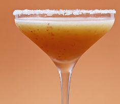 Margarita alle pesche: è un cocktail messicano a base di Tequila, Cointreau, pesche e lime. E' rinfrescante e sfizioso.