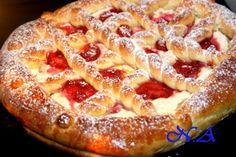 Пирог из дрожжевого теста с творогом и фруктами.