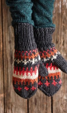 Kirjoneulelapaset – helppo ohje | Meillä kotona Fingerless Mittens, Knit Mittens, Knitted Gloves, Knitting Socks, Knitting Designs, Knitting Patterns, Yarn Crafts, Crochet Clothes, Arm Warmers