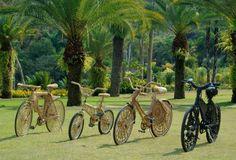 Cicloviaérea ::  bicicletas cobertas de vime e bicicleta coberta de borracha, bicicletas cobertas de vime: 104 x 180 x 68 cm; 109 x 171 x 52 cm; 101 x 142 x 71 cm, bicicleta coberta de borracha: 96 x 169 x 44 cm, 2003 - 2004. Foto: Daniel Mansur   :: closeButton: 'small'
