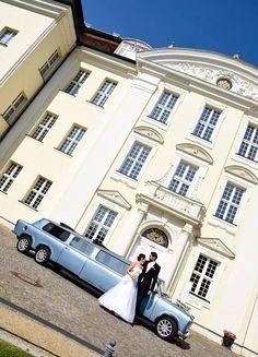 Diese hellblaue XXL Trabi Stretchlimousine mit Schiebedach gibts bei www.trabi-xxl.de zu mieten. Tour Berlin, Mansions, House Styles, Autos, Manor Houses, Villas, Mansion, Palaces, Mansion Houses