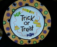 Halloween plate - I think this is prob my most fav piece yet! Halloween Plates, Halloween Bottles, Fall Halloween, Halloween Crafts, Cute Crafts, Fall Crafts, Holiday Crafts, Hand Painted Plates, Hand Painted Canvas