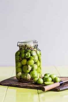 Ved at prikke hul i tomaterne går fermenteringen hurtigere. Chutney, Preserving Food, Daily Bread, Preserves, Pesto, Pickles, Cucumber, Food And Drink, Yummy Food