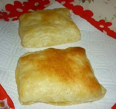 Cheese Pastries Merdenele / 2 puff pastry 100 g feta 50 g ricotta 1 egg. Healthy Freezer Meals, No Cook Meals, Good Food, Yummy Food, Yummy Yummy, Romanian Food, World Recipes, International Recipes, Food Hacks