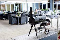 Barbecue im Innenhof - Grillspeisen lecker serviert - Holzkohle - Smoker Grill und frische Salate - Pararazzi Terrasse gegenüber der Messe in Köln Deutz - im Radisson Blu Hotel Köln