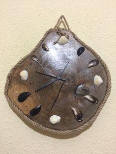 Ceviz ağacı üzerine Deniz kabukları ve midye kabukları ile süslenmiş duvar saati.