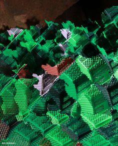 Vincent Mauger a décidé pour son oeuvre, de travailler avec des caisses plastiques colorées à la trame hachurée qui rappellent celles utilisées pour les vendanges manuelles.