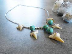 Collier pendentifs dents de requin par JewelryByPlk sur Etsy