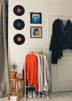 10 Stylish Small Bedroom Design Ideas DIY home decor ideas by Crafty Panda. Learn how to decorate your room, bedroom, and kitchen with affordable DIY decoration projects. Small Bedroom Designs, Living Room Designs, Living Room Decor, Bedroom Decor, Bedroom Ideas, Modern Bedroom, Minimalist Bedroom, Stylish Bedroom, Living Rooms
