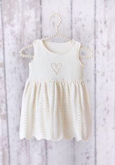 Designene i denne babykataloge Girls Knitted Dress, Knit Baby Dress, Knitted Baby Cardigan, Baby Girl Patterns, Baby Knitting Patterns, Knitting Designs, Baby Girl Dresses, Baby Outfits, Baby Bloomers