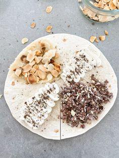 """""""TikTok wrapen"""" med smak av semla Recept för 2 st wraps.  Ingredienser: 2 st tortilla bröd medium 40 g sockerfri mandelmassa 10 g rostade mandelflarn 100 g färskost light Några droppar flytande sötningsmedel/valfri sötning Vaniljpulver efter smak 1 st White chocolate almond proteinbar (Barebells) Nystött kardemumma Gör så här: 1. Börja med att skära… Hummus, Wraps, Ethnic Recipes, Rolls, Rap"""