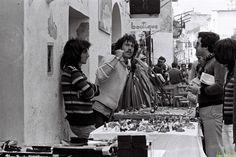 Foto-reportaje realizado en la isla durante los años 1970 y 1980, ofrece imágenes de la comunidad hippie del lugar.