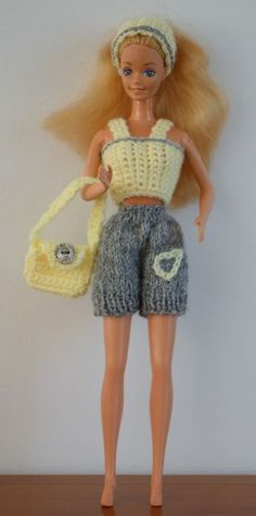 free crochet doll costumes for barbie dolls Barbie Knitting Patterns, Knitting Dolls Clothes, Barbie Clothes Patterns, Crochet Barbie Clothes, Doll Clothes Barbie, Barbie Outfits, Habit Barbie, Doll Costume, Barbie Friends