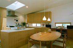 キッチン事例:明るいアイランドキッチン(大井町の家―中庭を囲むH型プラン)