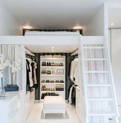 Cuando la prioridad es tu guardarropa un segundo piso para el dormitorio es ideal. Checa la idea