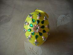 Kunststoff-Ei mit Steinen