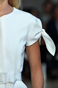 Carolina Herrera New York - Spring 2017 Runway 60 Fashion, Fashion Details, Fashion Design, Blusas Carolina Herrera, Carolina Herrera Dresses, Dinner Wear, White Chic, Photo Instagram, Sleeve Designs