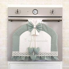 Copri forno per forno con maniglia stretta color verde. Il copri forno è fatto a mano con tessuto Adige quadrettato color verde, personalizzabile. Realizzato a mano con rifinitu - 20270666