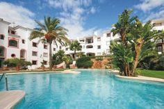 Genießen Sie den herrlichen Meerblick von der Terrasse dieses komfortabel eingerichteten Apartments einer Ferienanlage.