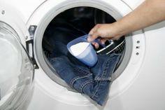 Come rimuovere i cattivi odori dai vestiti con i rimedi naturali