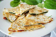 Quesadilla met spinazie, tomaat en geraspte kaas Good Foods To Eat, I Foods, Cooking Recipes, Healthy Recipes, Small Meals, Pizza, Quesadillas, Food Cravings, International Recipes