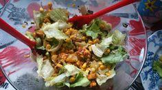 Salatka z kurczakiem w curry, sałatą lodową, kukrudzą, szczypiorkiem i gotowanym brązowym ryżem. W sosie oliwnym z pieprzem ziołowym, bazylią, czosnkiem i ziołami prowansalskimi.