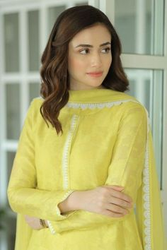 Simple Pakistani Dresses, Pakistani Fashion Casual, Pakistani Dress Design, Pakistani Outfits, Indian Outfits, Indian Fashion, Indian Dresses, Hijab Fashion, Boho Fashion