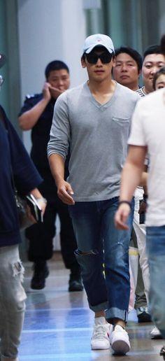 His arrival in Beijing 29rain #rain #jungjihoon
