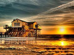 Die romantische Strandbar 54° Nord in St. Peter Ording bei Sonnenuntergang
