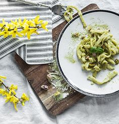 Lemon-Matcha-Pasta with Pistachios. Delicious and light homemade pasta with lemon and matcha flavor - the perfect dish for a head-start into springtime! New Recipes, Favorite Recipes, Healthy Recipes, Vegetarian Recipes, Homemade Pasta, Food Industry, Convenience Food, Eating Habits, Matcha