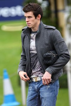 Gareth Bale Photos - Gareth Bale leaving Tottenham Hotspur's training complex on January 2011 in Chigwell, England. - David Beckham At Tottenham Hotspur Training Soccer Guys, Football Soccer, Football Players, Soccer Fifa, College Football, Garet Bale, Bale 11, Fc Chelsea, European Soccer