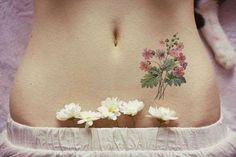 Des fleurs sauvages sur le bas ventre, une idée raffinée même s'il s'agit d'un tatouage éphémère.Voi... - Pinterest