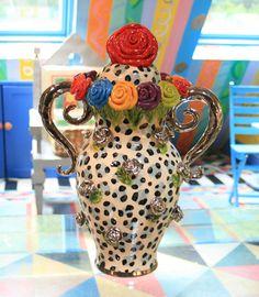 Large 'mains sur les hanches de Lidded Vase
