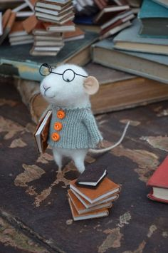 Little Reader Mouse with Glasses - Felting Dreams (the cuteness!) Mouse of mohair, in sweater of cashmere. Needle Felted Animals, Felt Animals, Needle Felting, Felt Crafts, Diy Crafts, Felt Mouse, Cute Mouse, Felt Art, I Love Books