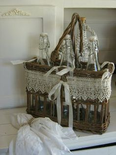 vintage bottle carrier basket with aded lace and ribbon Shabby Vintage, Vintage Lace, Vintage Picnic, Deco Originale, Linens And Lace, Shabby Chic Decor, Wicker Baskets, Picnic Baskets, Basket Weaving