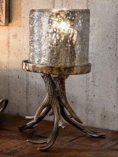 Rustikales Windlicht mit Vintage-Charme. Aus antikem Glas und Aluminium. Geweih-Fuß aus kupferfarbenem Metall. In 2 Größen erhältlich. Mehr Infos!