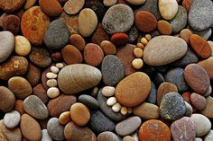 """The """"Stone Footprints"""" series of photographer Iain Blake, beautiful, simple and cute land art made ?with round pebbles found on the beach. A series of photographs which is childish and naive that makes you smile… Land Art, Creative Photography, Amazing Photography, Rock Feet, Lifestyle Fotografie, Flea Market Gardening, Gardening Tools, Foto Art, Pebble Art"""
