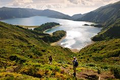 Den Kratersee Lagoa do Fogo auf São Miguel, der Hauptinsel der Azoren, ziert ein grüner Felskragen (Foto von: Mauricio Abreu/JAI/Corbis)
