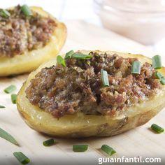 En Guiainfantil.com te enseñamos a cocinar patatas rellenas de carne. Estas patatas rellenas de carne picada y queso al horno son nutritivas y sencillas de hacer, una receta para niños más sana y que seguro les encantará.