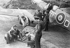 Lotnicy polskiego dywizjonu 303, z podpisanym statecznikiem bombowca Ju-88, 178 samolotu zestrzelonego przez Polaków.