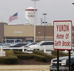 Garth Brooks Home in Oklahoma   Garth Brooks Blvd. welcomes people to Yukon, the home of Garth Brooks ...