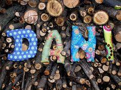 son letras-cojín blanditas con las que personalizar un nombre, que se pueden utilizar para decorar una habitación infantil, para regalar como cesta de nacimiento