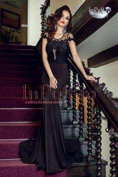Rochie eleganta stil sirena neagra este o rochie de seara ideala pentru evenimentele importante la care vei participa. Bustul este din broderie, iar spatele este din tul transparent.