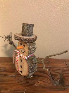 Christmas Log, Christmas Wood Crafts, Christmas Signs, Christmas Projects, Fall Crafts, Holiday Crafts, Christmas Decorations, Diy Crafts, Christmas Ornaments