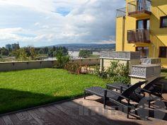 Eladó a közkedvelt Marina Parton egy amerikai konyhás nappali + 3 hálószobás, dupla komfortos, kamrás, privát extra zöld tetőterasszal redelkező, műszakilag és esztétikailag kiemelkedő minőségű, világos, 5. emeleti lakást. A lakás helyiségeinek kitűnő az elrendezése. A lakáshoz tartozik egy 126m2-es KERTES FÜVESÍTETT ZÖLDTERASZ, illetve egy 4m2-es terasz panorámával a Dunára.