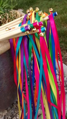 Multicolored wedding wands for a colorful and original wedding outing! Xmas Wedding Ideas, Rustic Wedding Decorations, Wedding Table, Wedding Day, Wedding Wands, Wedding Props, Multicolor Wedding, Fancy Cupcakes, Beltane