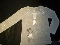 Doll col palloncino. Maglietta dipinta e ricamata a mano.www.scriccioli.it