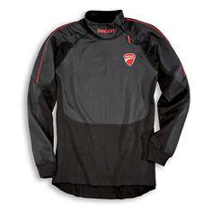 T-shirt z długim rękawem zabezpieczający przed wiatrem. Oddychająca, elastyczna zapewniająca komfort użytkowania. #ducati
